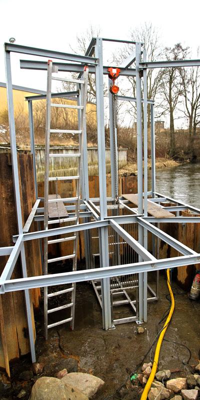 Stativet till kontrollsationen är på plats och gallerkalven för fiskräknaren är placerad centralt