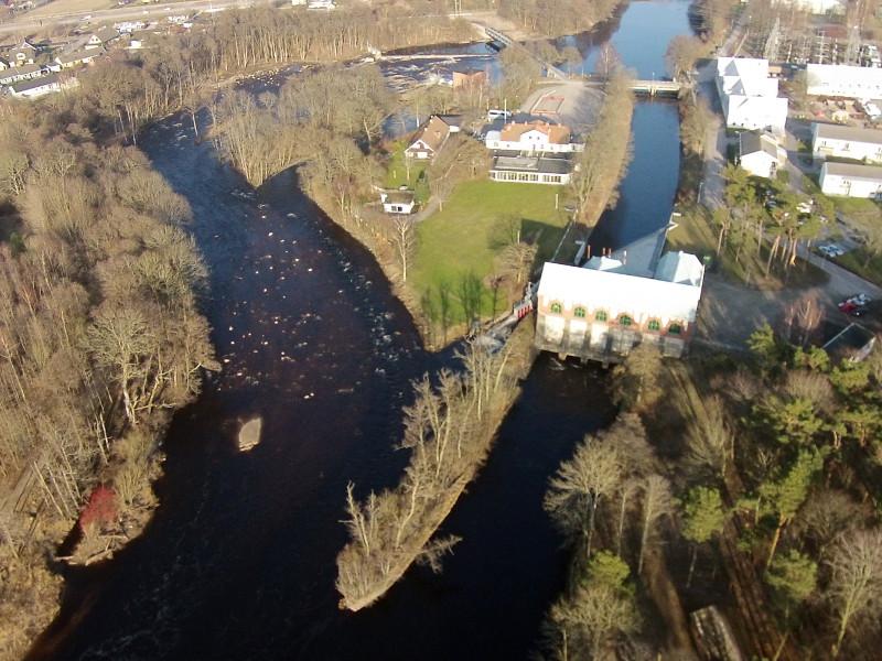 Herting kraftverk efter anläggandet av den nya fiskvägen. I samband med att den nya fiskvägen anlades återställdes den ursprungliga åfåran